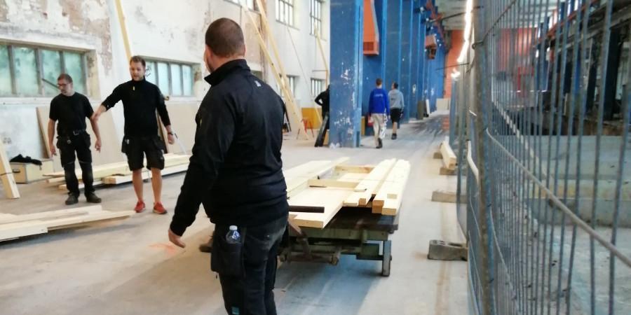 Materialer til svendeprøver køres ind i hallen på maglemølles gamle trækvogn